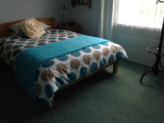 100 West Bay Road: Dopplebett im 1. Stock, blaues Zimmer