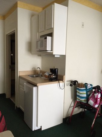 Comfort Suites Maingate East: Very handy kitchenette