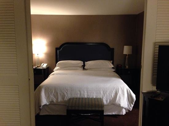 Sheraton Suites Galleria Atlanta: Bed at the Sheraton - have to admit, it was comfortable!