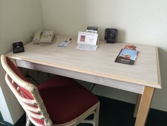 Comfort Suites Maingate East: Desk with handy electrical outlets with USB