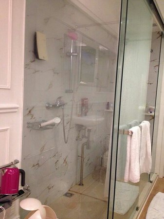 Mini Hotel Causeway Bay Hong Kong: Bathroom With Only Shower Curtain  Dividing The Shower And