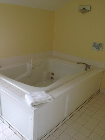 Island House Hotel: large jacuzzi tub