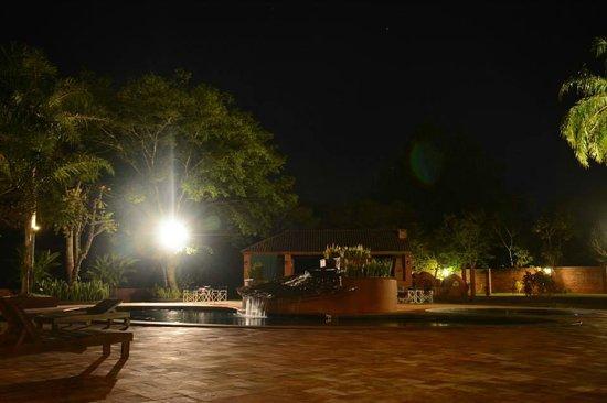 Marcopolo Suites Iguazu: Zona pileta de noche