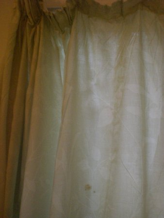St Hilary, UK: Dirty curtains which were hanging off
