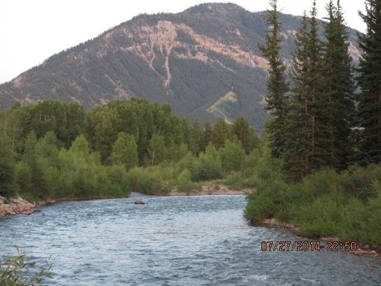 Spotted Horse Ranch: morning on the hoback next to main lodge