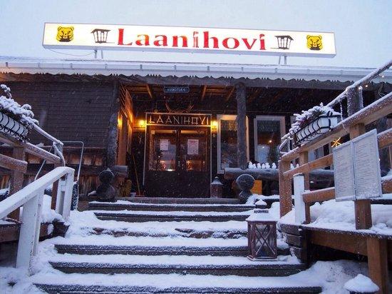Hotel Laanihovi: 素敵デッキの入り口。ここでのんびり座って他の宿泊客とおしゃべりしたよ。