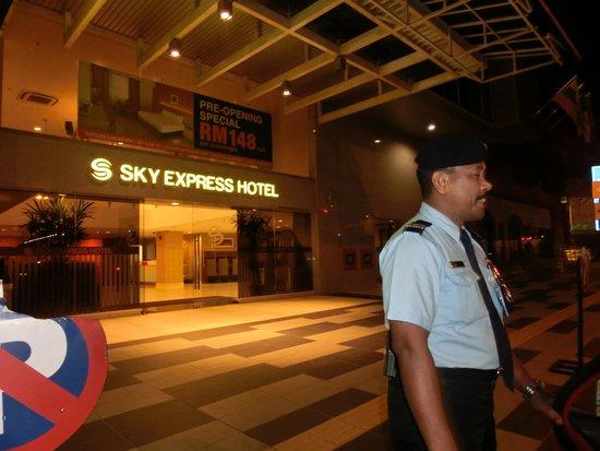 Sky Express Hotel Bukit Bintang: 夜中でもドアマン!?さんが居ますので安心♥