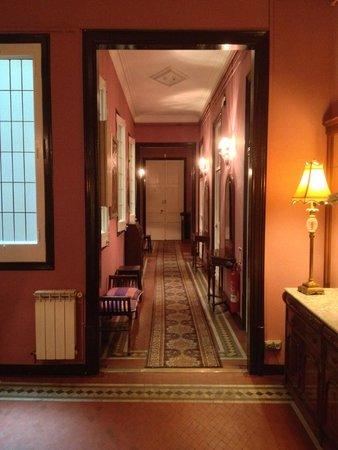 Hostal Girona: Hall de nuit du 2ème étage