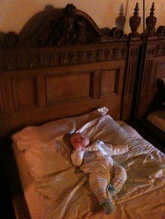 Hotel Burg Colmberg: Burgherrzimmer Bett,drin unser Baby:)