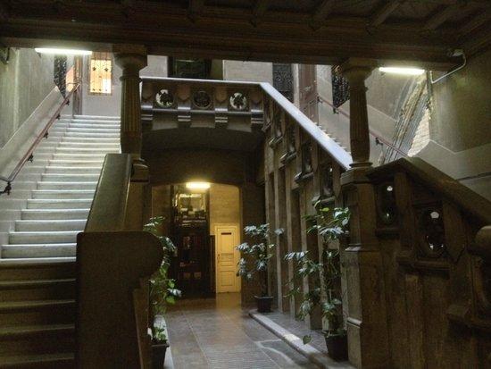 Hostal Girona: Hall d'entrée du bâtiment