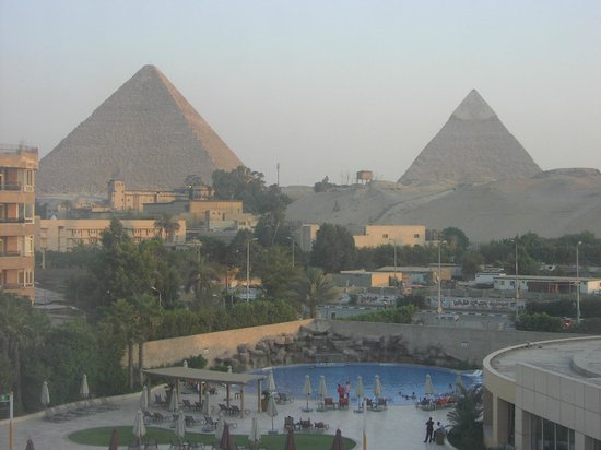 Le Meridien Pyramids Hotel & Spa: View from my room. Bit fuzzy due to sand and dust.