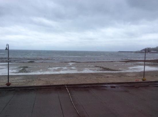BEST WESTERN Palace Hotel & Casino: sea view from our room across the restaurant flat roof