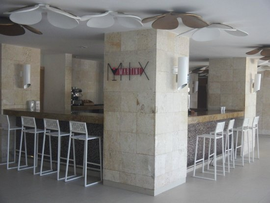 Royalton White Sands Resort : Martini bar