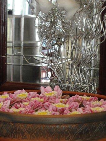 Angkor Holiday Hotel : lotus flower arrangement