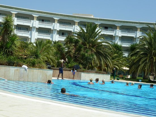 Hotel Palace Oceana: view of the hotel pool with sun loungers