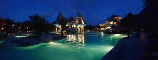 Iberostar Paraiso Maya: Pool area at night