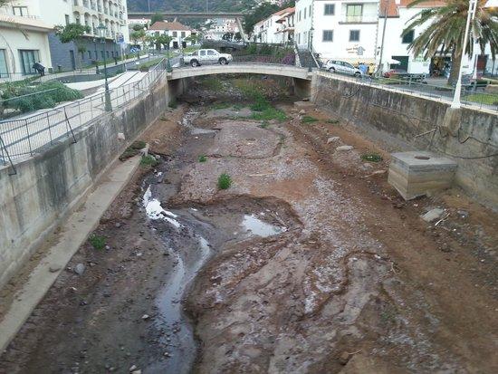 Vila Galé Santa Cruz: Old stream next to hotel.