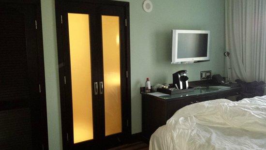 The Palms Hotel & Spa: Camera e la porta che da direttamente davanti al letto....mhh