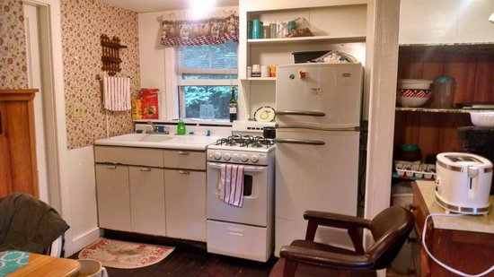 Tanglewood Motel and Cottages: Kitchen in Cottage