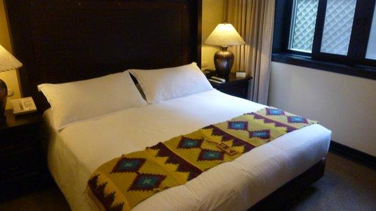 Belmond Sanctuary Lodge : The large comy bed
