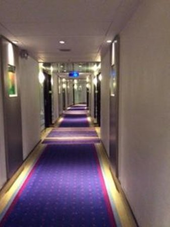 Regal Airport Hotel: Hotel corridor leading to the rooms