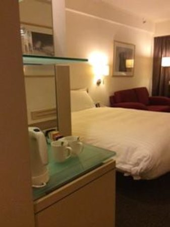 Regal Airport Hotel: Coffee and tea fixings provided