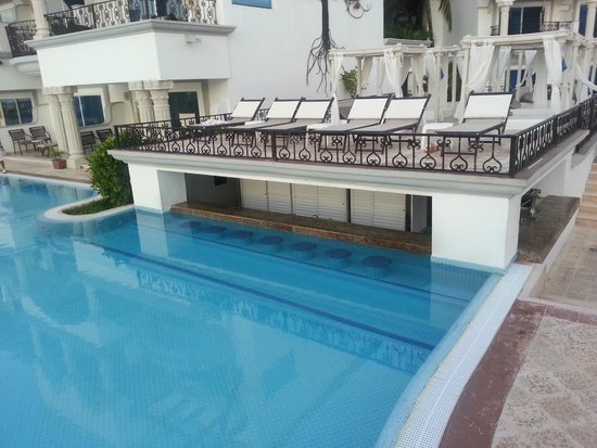 The Royal Playa del Carmen: Swim up bar