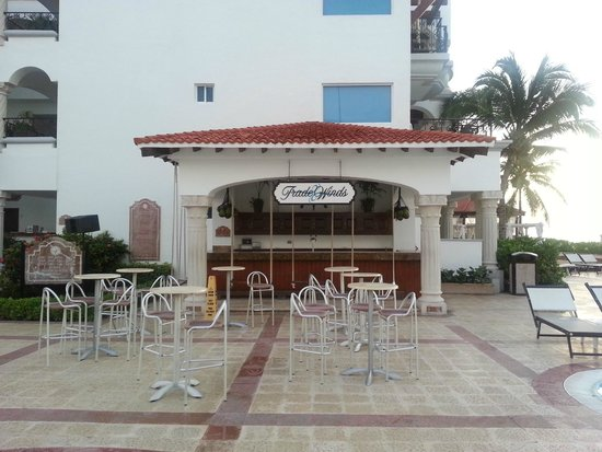 The Royal Playa del Carmen: Another pool bar