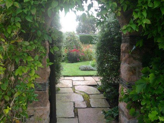 Greywalls Hotel & Chez Roux: Portal walled gardens