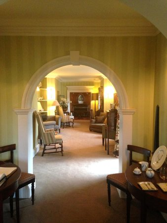 Greywalls Hotel & Chez Roux: Library down the hall