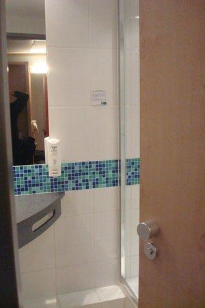 Holiday Inn Express Munich Airport: Magic bathroom door