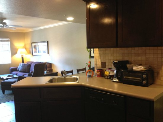 London Bridge Resort: Kitchen and Living Room of 2BR