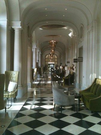 Trianon Palace Versailles, A Waldorf Astoria Hotel : Hotel bar area