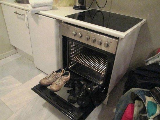 Art Suites Athens: Плита пригодилась для сушки обуви))