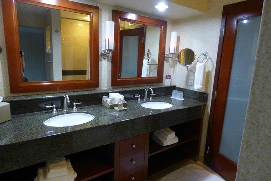 Monterey Bay Inn : Gorgeous bathroom, very spacious