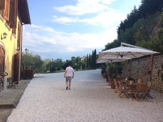 Relais Villa Belvedere: Área externa com mesas