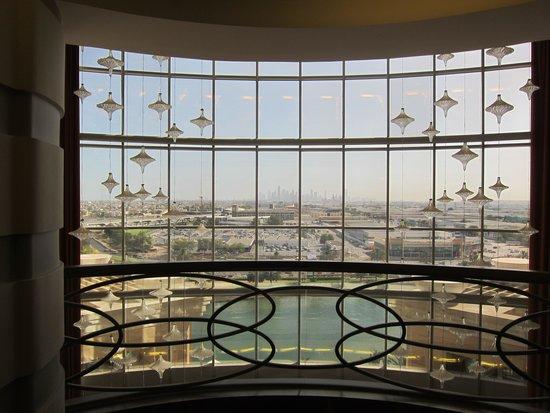 Sheraton Dubai Mall of the Emirates Hotel: Vue du hall au 5eme