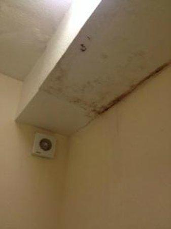 MaeMar Hotel: mould in bathroom