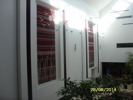 كافان كريستال هوتل: Reception Walls