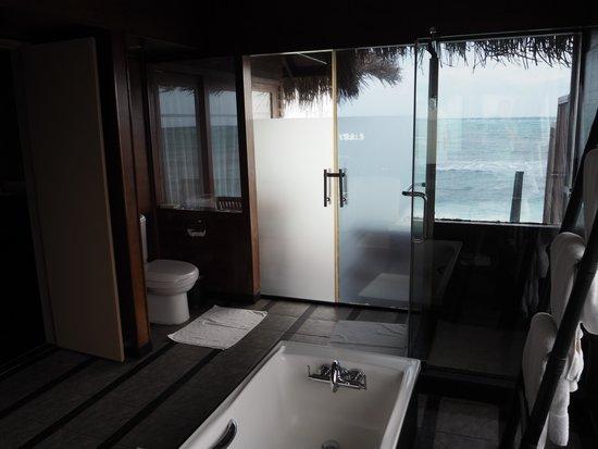 Adaaran Select Hudhuranfushi : Toilet and shower