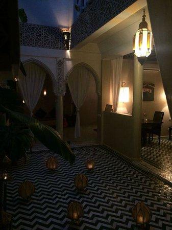 Riad Palau: Uno de los patios del hotel cerca del comedor
