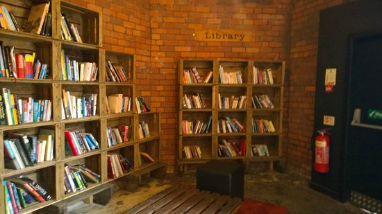 Victoria Warehouse Hotel: lots of books to borrow