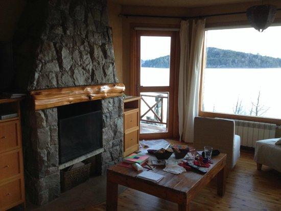 Lirolay Suites: Sala ampla com lareira