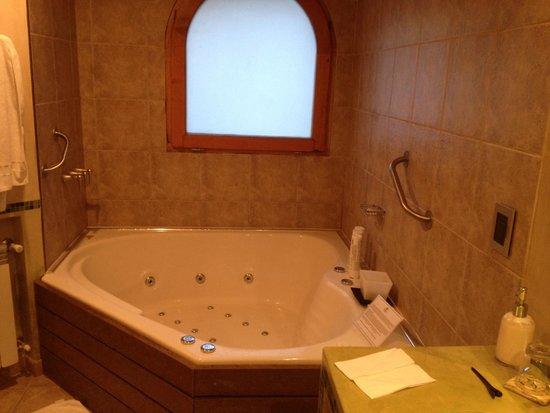 Lirolay Suites: Bancheiro amplo com hidro
