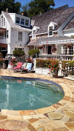 The Inn at Bowman's Hill: The Beautiful Pool Area