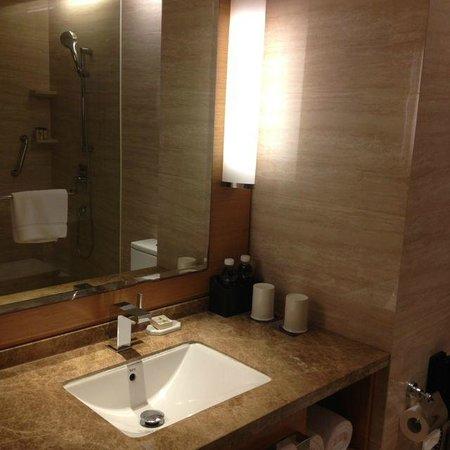 Renaissance Hong Kong Harbour View Hotel: Bathroom