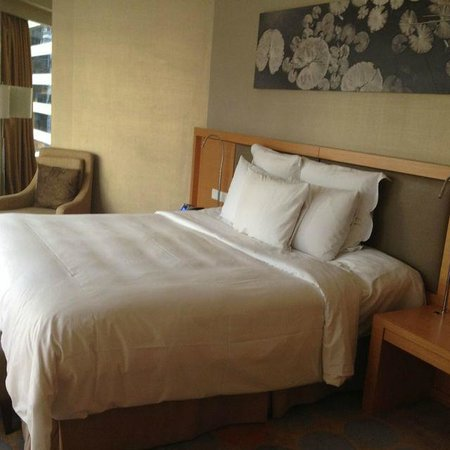 Renaissance Hong Kong Harbour View Hotel: Room