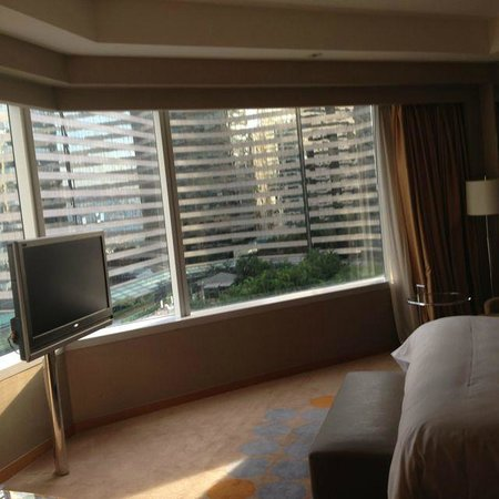 Renaissance Hong Kong Harbour View Hotel: Corner room (with the look to Hyatt hotel)