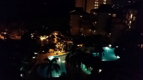 Zuana Beach Resort: Vista zona de piscinas nocturna