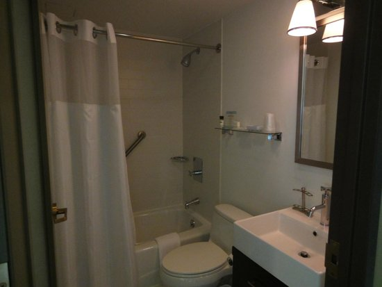 Four Points by Sheraton Midtown - Times Square: Functional NY bathroom